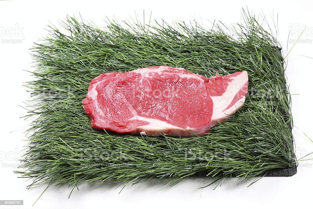 bar-B-Q, raw carne sobre hierba - foto de stock