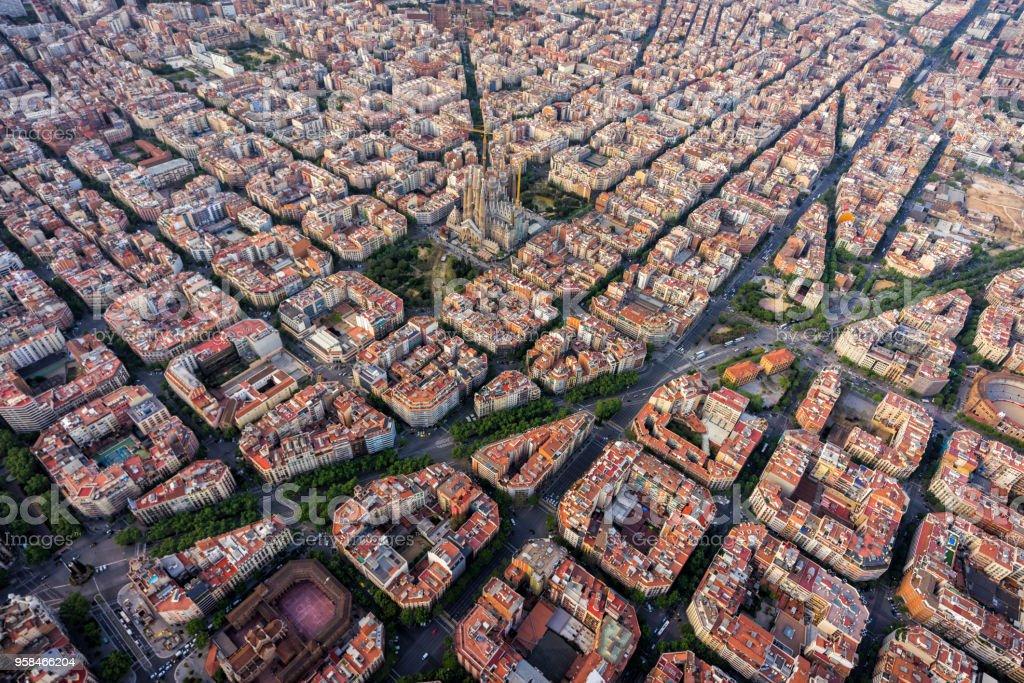 Vista aérea de Barcelona, barrio residencial del Eixample con trama urbana típica, España - foto de stock