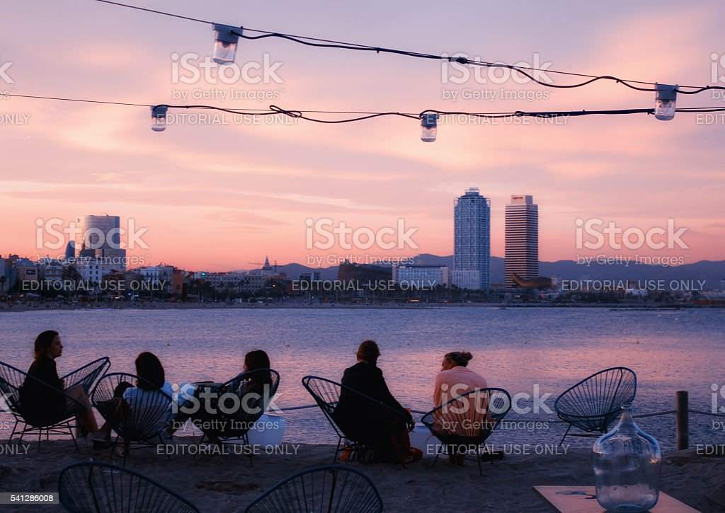 bar Barcelona playa al anochecer - foto de stock