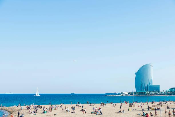 Barcelona beach full of people with W hotel - foto de stock