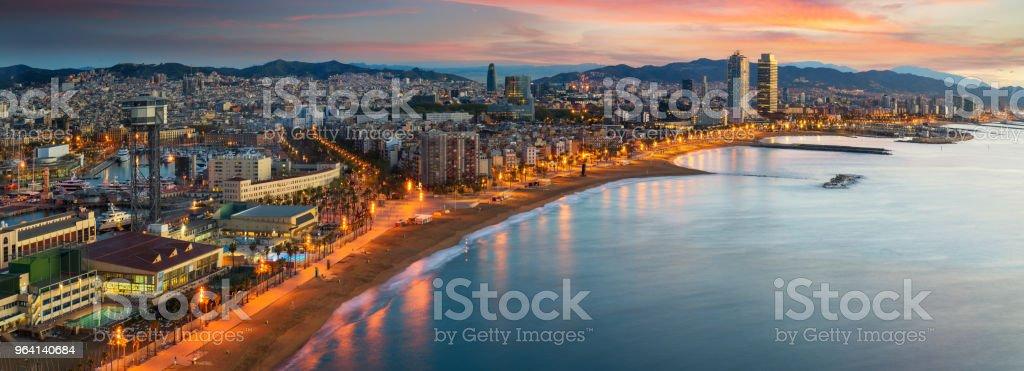 Strand von Barcelona auf der Sonnenaufgang am Morgen mit Barcelobna Stadt und das Meer von der Dachterrasse des Hotels – Foto
