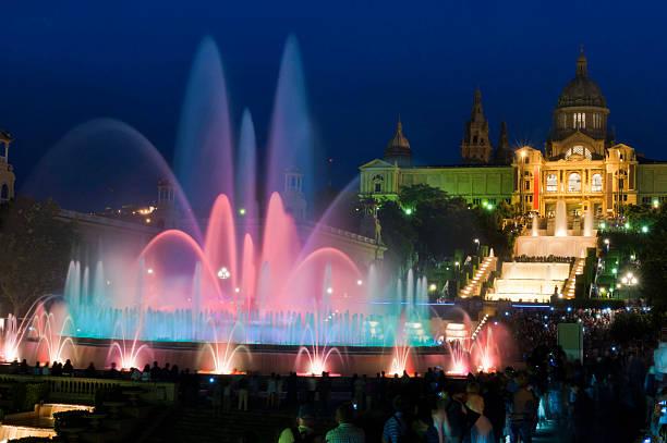 Barcelona Schriftart Màgica MNAC Touristen vor farbenfrohen Brunnen bei Nacht, Spanien – Foto