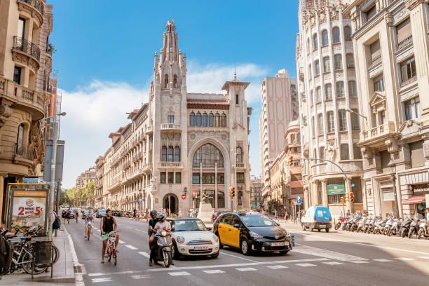 Barcelona-Straße mit hohem Bau und Straßenverkehr – Foto