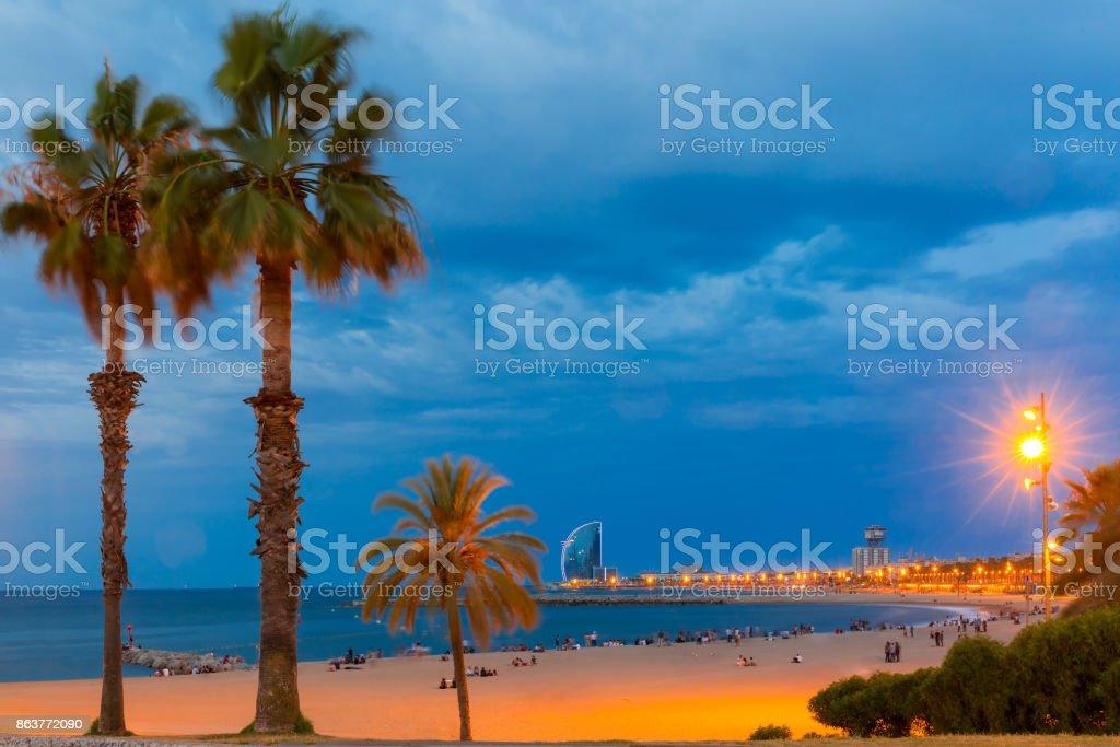 Playa de la Barceloneta en Barcelona por la noche, España - foto de stock