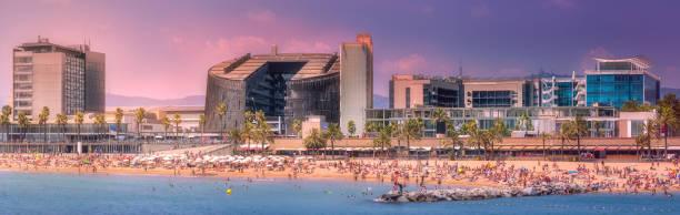 Playa de la Barceloneta de Barcelona al atardecer púrpura - foto de stock