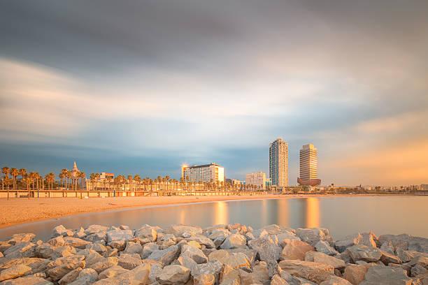 Playa de la Barceloneta en Barcelona en sunrise - foto de stock