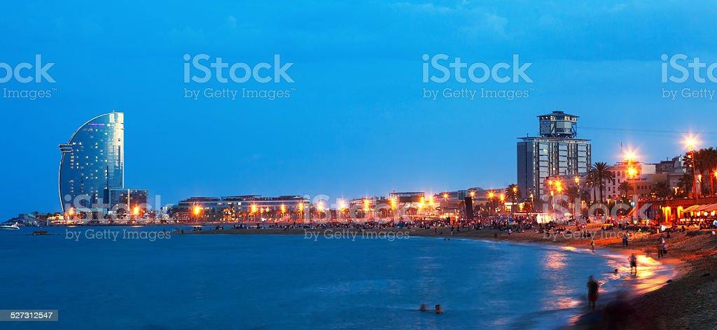 Playa de la Barceloneta en la noche de verano - foto de stock
