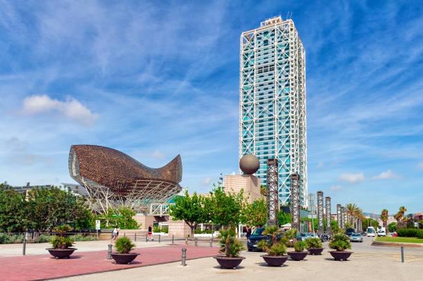 Paseo marítimo de la Barceloneta con arquitectura moderna en Barcelona, España - foto de stock