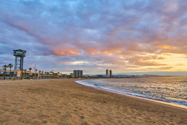 Amanecer de playa Barceloneta - foto de stock