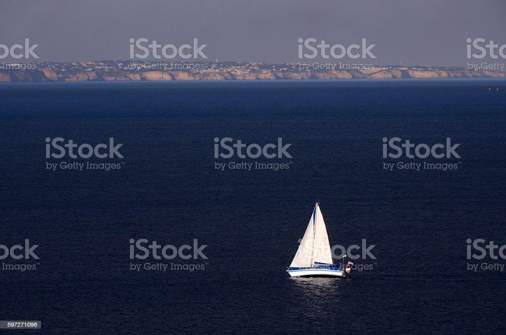 Barco de bela frente a Ponta da Piedade, Lagos Lizenzfreies stock-foto