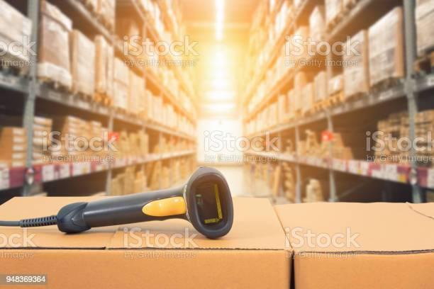 Escáner De Código De Barras Frente Almacén Moderno Foto de stock y más banco de imágenes de Almacén