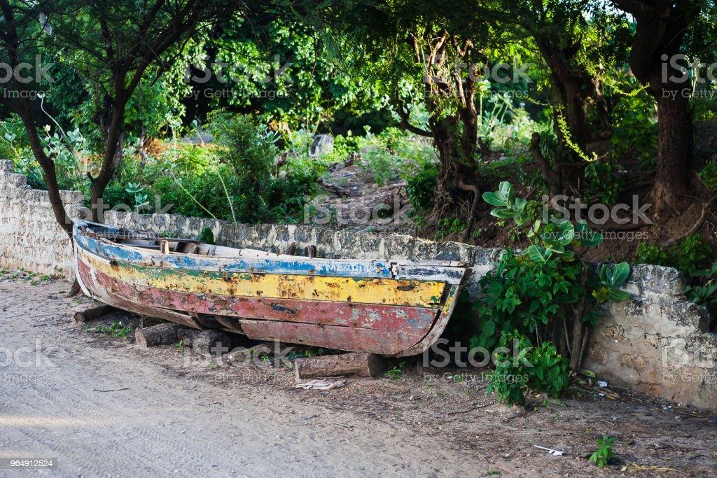 barcos de madera antiguos abandonados en la playa royalty-free stock photo