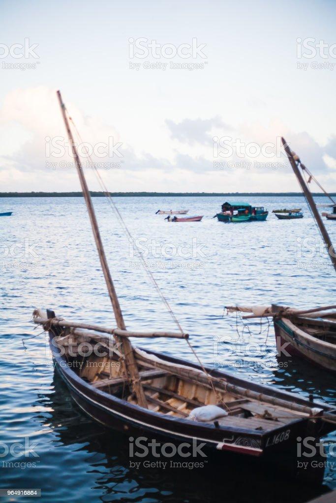 barcos de madera en el mar con mástil royalty-free stock photo