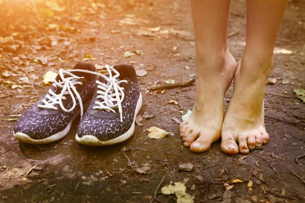 nackte Füße und Schuhe auf Waldweg – Foto