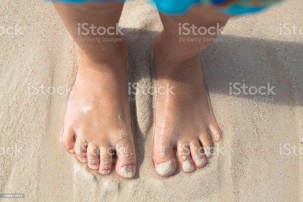 Bosych stóp małe dziecko stoją na plaży, widok z góry – zdjęcie
