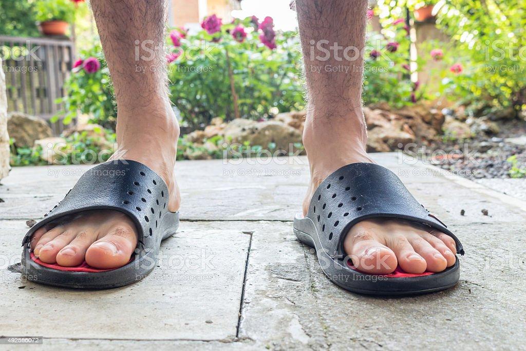 Bosych stóp chłopiec w czarny pantofle – zdjęcie