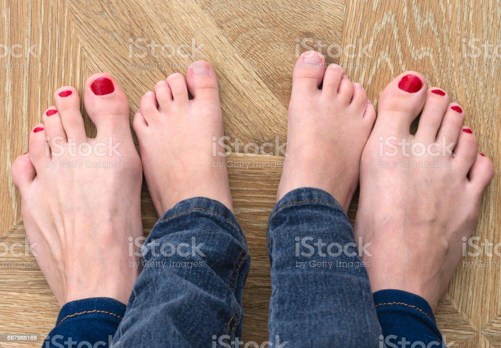 Çıplak ayakları yerde. Anne ve oğlunun ayak Jeans. stok fotoğrafı