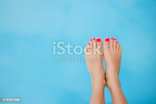 istock Bare feet over swimming pool 479281566