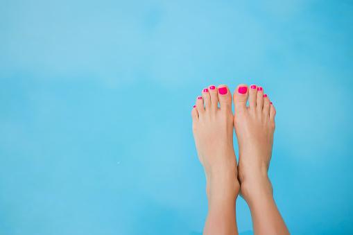 istock Bare feet over swimming pool 479281566