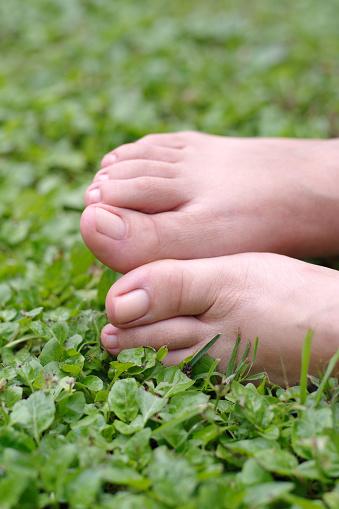 Bare Female Feet On Grass With Natural Nails 23 - Fotografie stock e altre immagini di Adulto