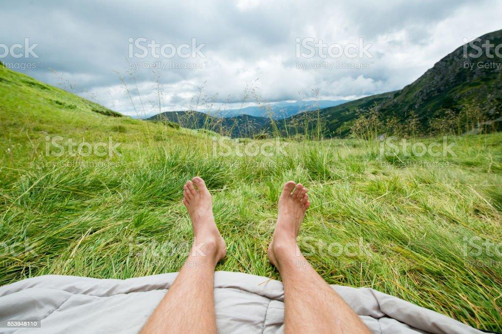 açık havada bir adamın çıplak bacaklar stok fotoğrafı