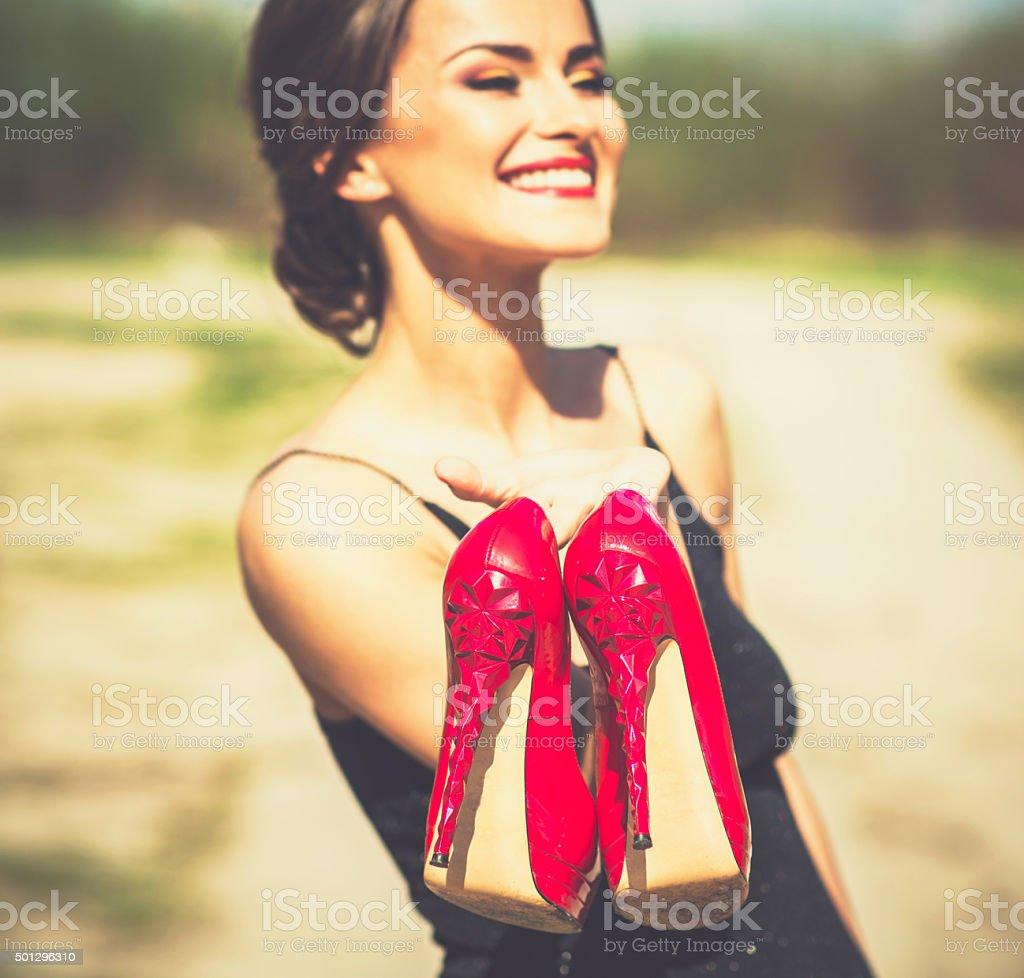 05c44924d7afbfa Босиком девушка брюнетка в черном платье на открытом воздухе стоковые фото  Стоковая фотография