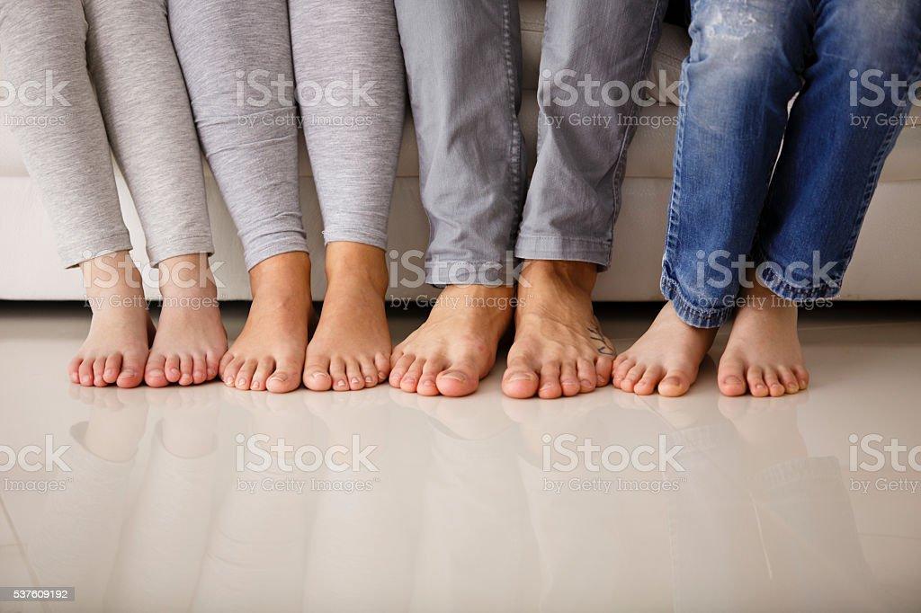 Barfuß Familie sitzen auf Couch, niedrige Abschnitt – Foto