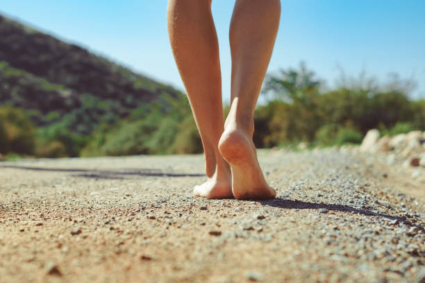 barfuß Füße auf der Straße – Foto