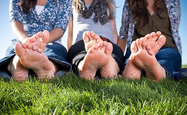 barefoot nel parco - podologo foto e immagini stock