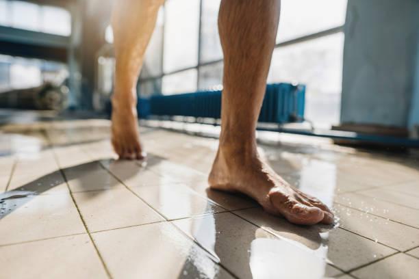 Barfuß Mann zu Fuß am Pool – Foto