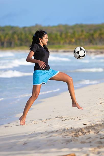 barefoot garota controlar a bola de futebol - futebol de areia - fotografias e filmes do acervo