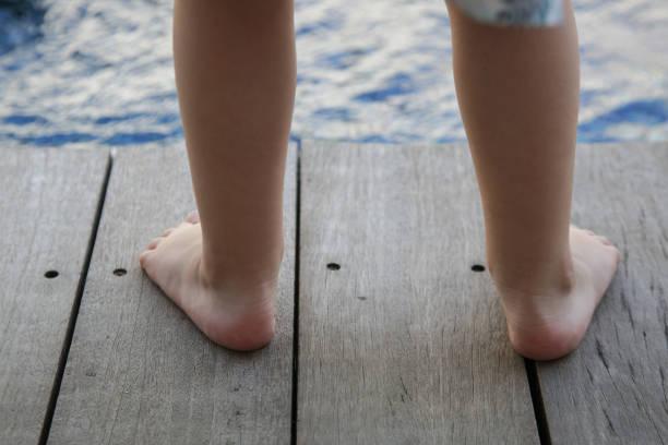 Barfuß Kleinkinder Füße stehen auf dem Holzboden – Foto
