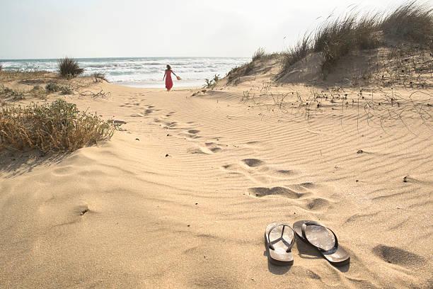 barfuß zu fuß - salzwasser sandalen stock-fotos und bilder