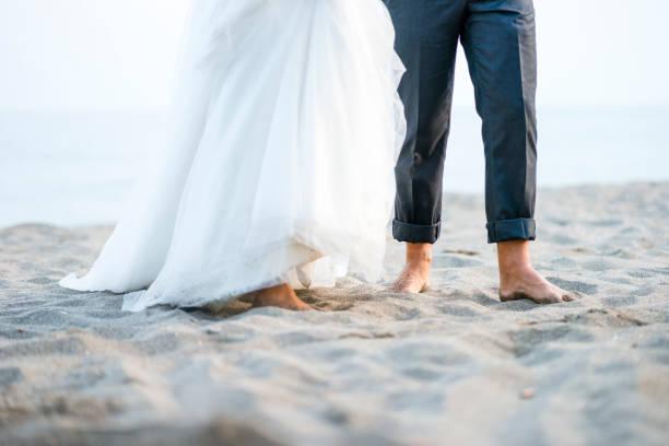Barfuß Braut und Bräutigam am Strand – Foto