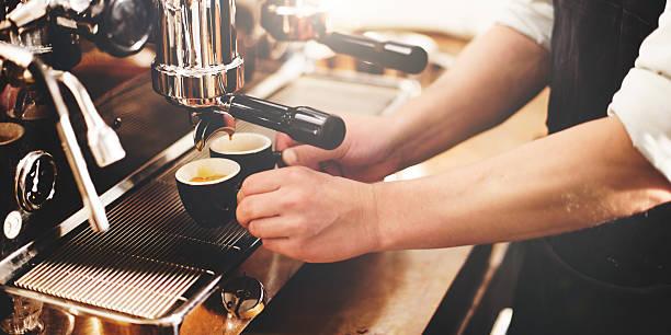 barista kaffee hersteller maschine schleifmaschine portafilter konzept - coffee shop stock-fotos und bilder