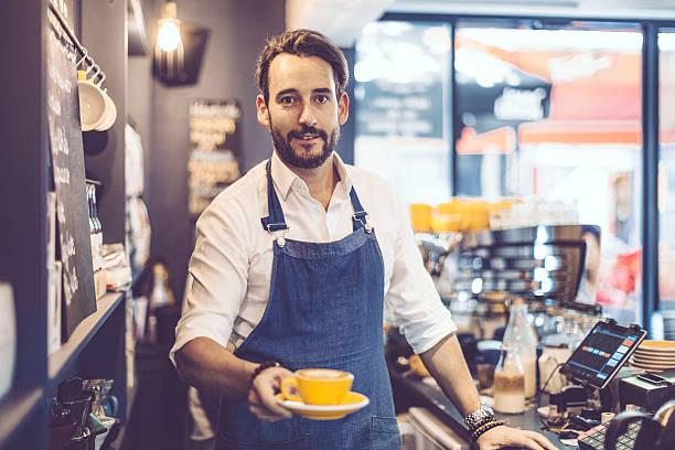 バリスタは、コーヒーを - バリスタ ストックフォトと画像