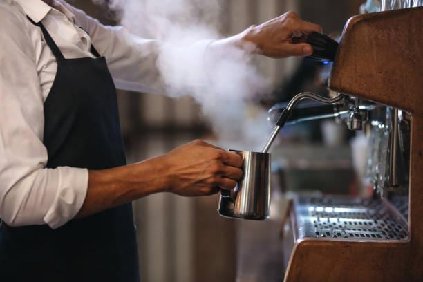 ich mache eine tasse kaffee in der maschine barista - coffee shop stock-fotos und bilder