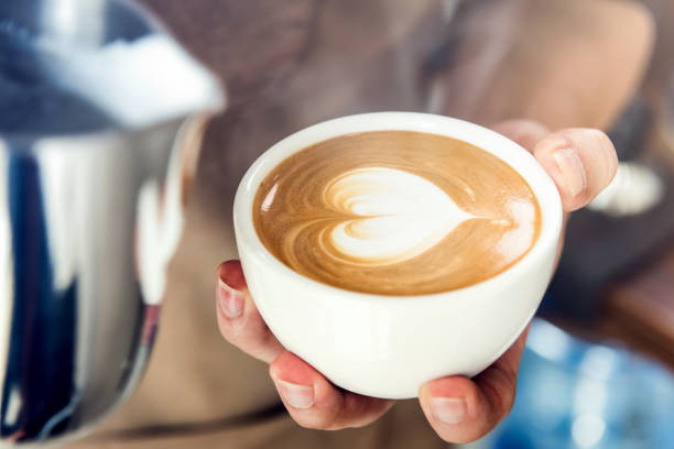 kaffeezubereitung herz form latte art barista - kochkunst stock-fotos und bilder