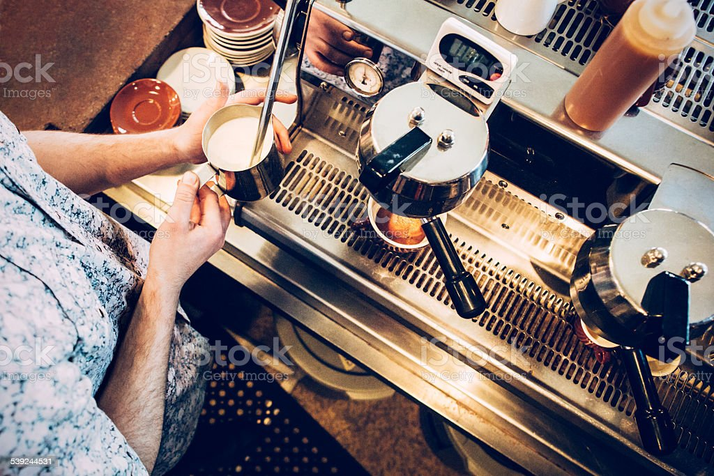 Barista preparar un café con leche bebida foto de stock libre de derechos