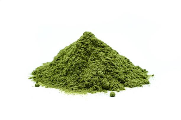 korn gräs pulver isolerad på vit bakgrund - spirulinabakterie bildbanksfoton och bilder