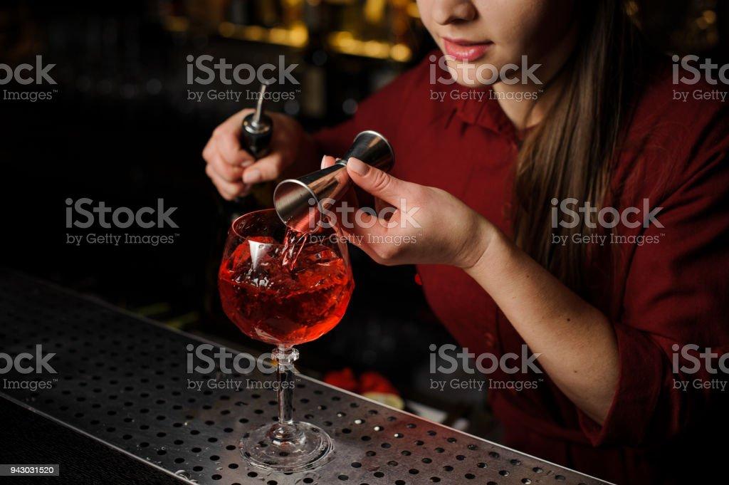 garçonete num bar contador prepara cocktail Spritz Veneziano - foto de acervo