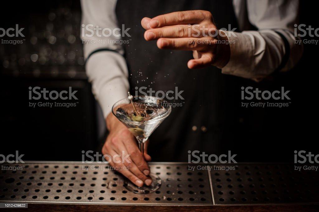 Zugabe von Salz in einen starken Martini cocktail Barkeeper – Foto