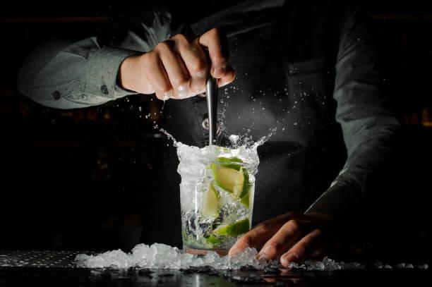 석 회는 caipirinha 칵테일 만들기에서 신선한 주스를 짜 내 바텐더 손 - bartender 뉴스 사진 이미지