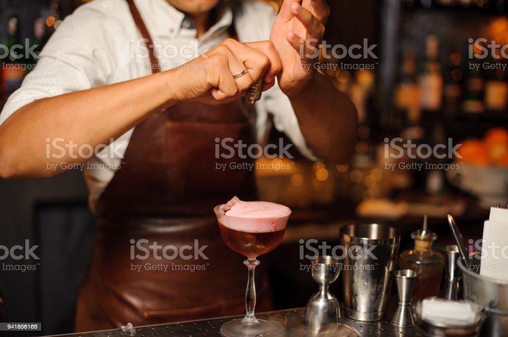 Barkeeper in einer braunen Lederschürze machen alkoholische Fruchtcocktail mit Schaum – Foto