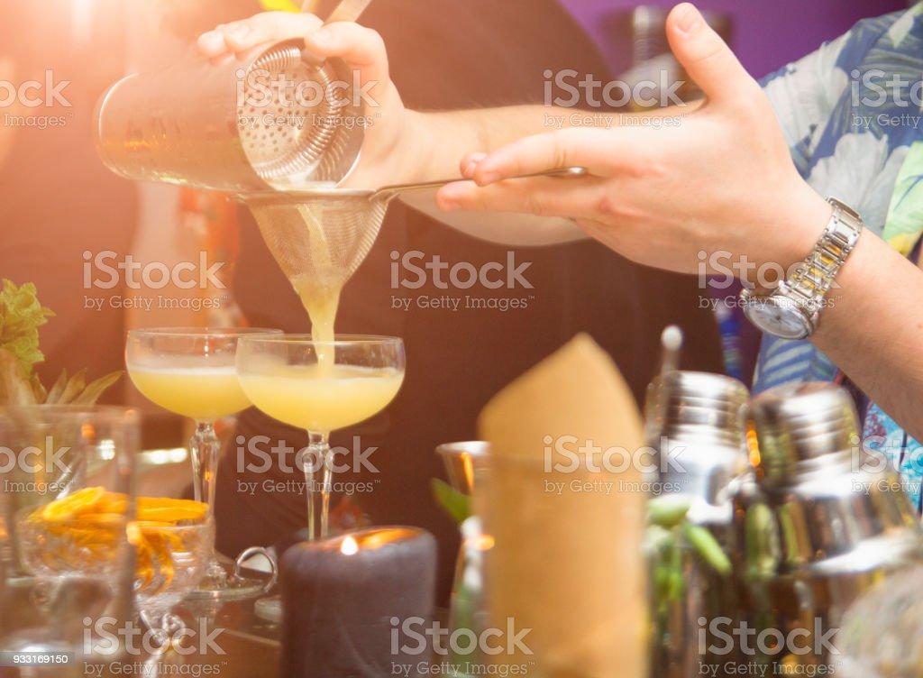 Barman is het maken van cocktails tijdens de partij foto