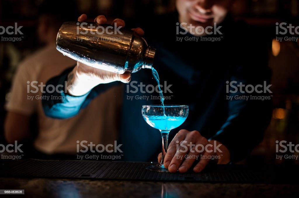 Barkeeper Mixen Getränke in der Diskothek. – Foto
