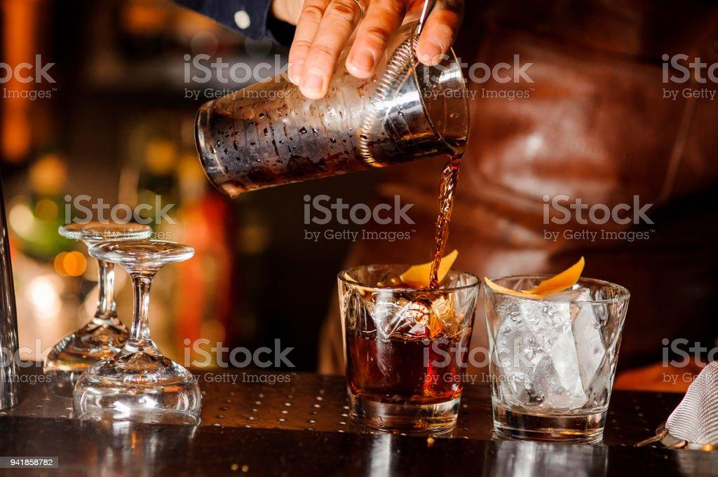 Barmann alkoholisches Getränk in die Gläser Gießen – Foto