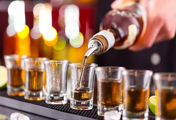Barman wlewając benzynę ciężką spirit do okularów – zdjęcie
