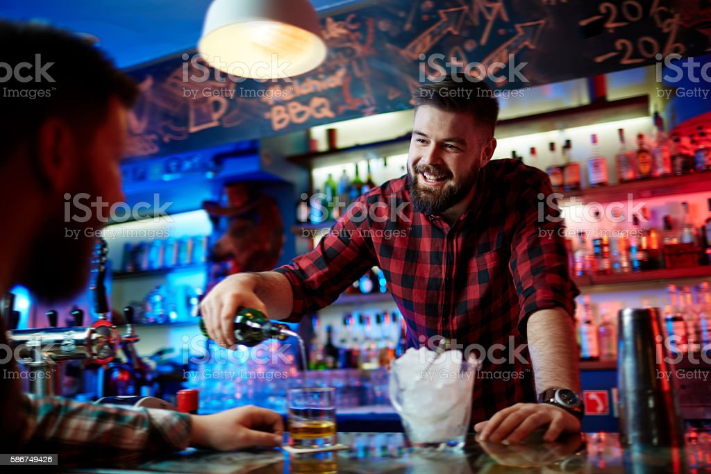 Barman pouring whiskey – Foto