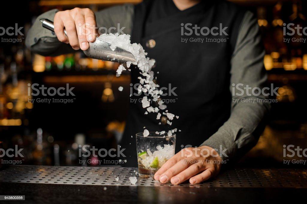 Barmann Läuterung Eis in das Cocktailglas – Foto